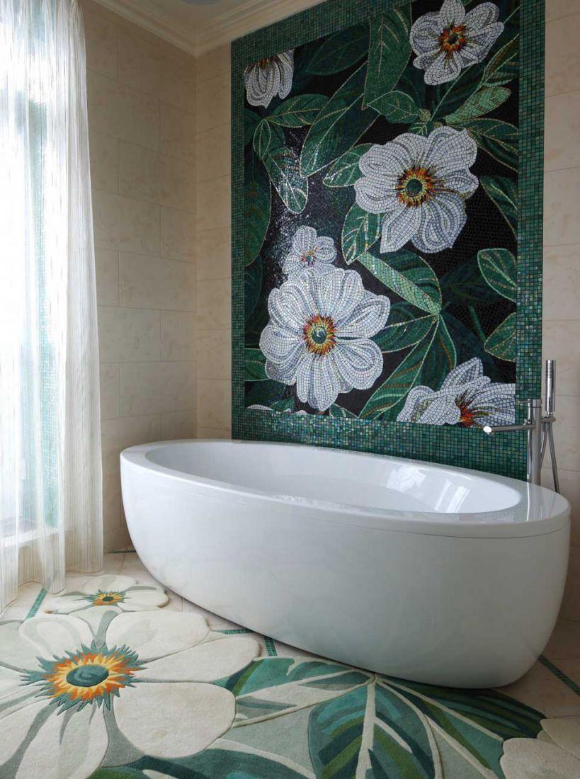 Цветы из мозаики на стене