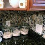Камень в интерьере кухни