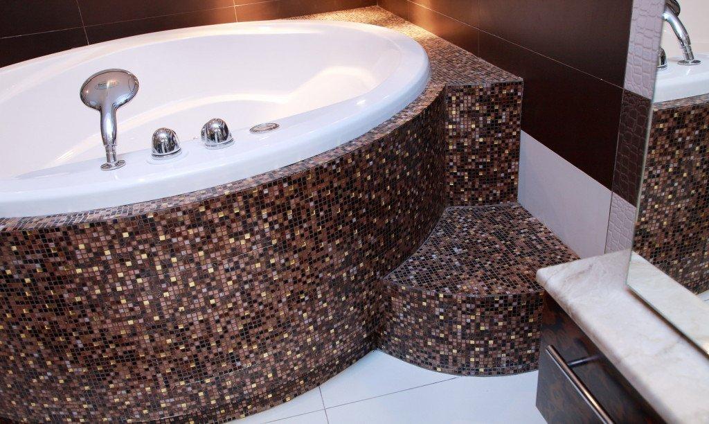 Мозаика на изогнутых поверхностях в ванной