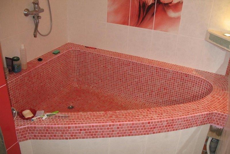 Ванна из розовой мозаики