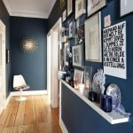 Темно-синие стены в коридоре