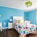Голубые крашеные стены в комнате