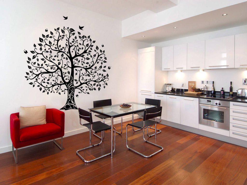 Дерево с птичками на стене кухни-столовой