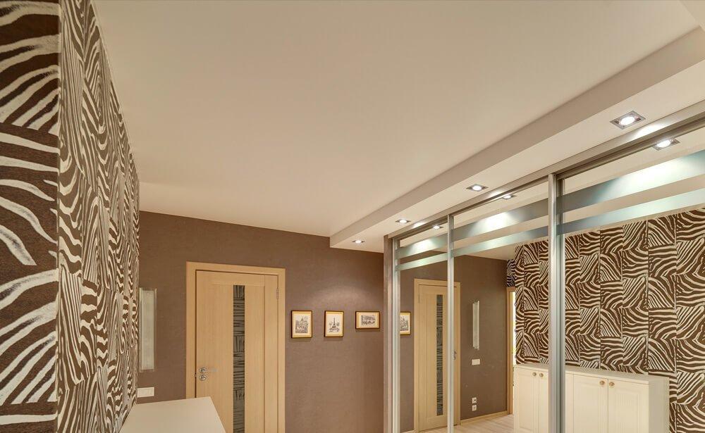 Интерьер с натяжным потолком