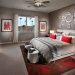 Красный ковер в комнате