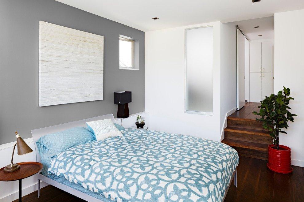 Голубое постельное белье и серые стены в спальне