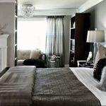 Темная мебель в комнате с серыми стенами