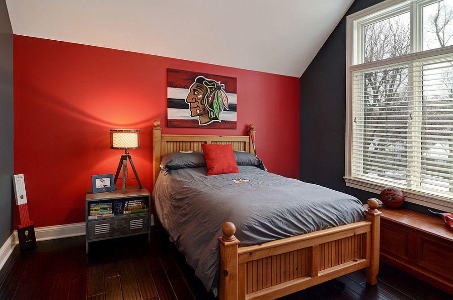 Красная стена и серое постельное белье