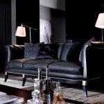 Небольшой черный диван