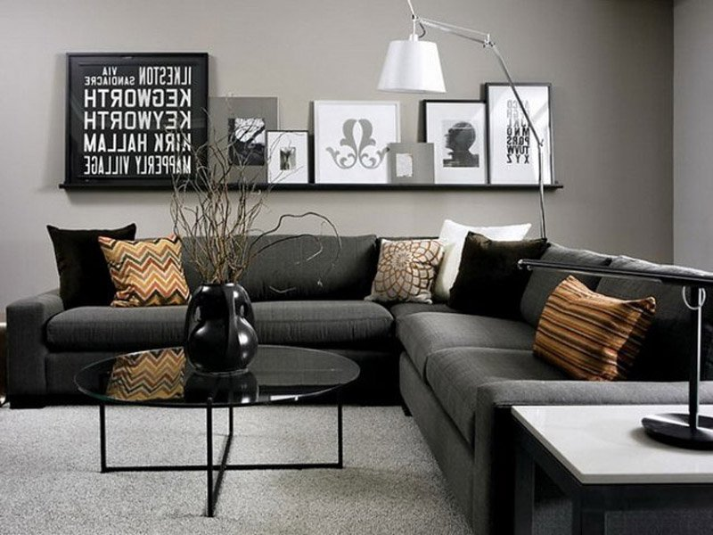 Гостиная с темной мебелью