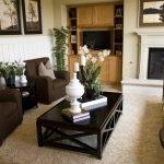Темно-коричневая мебель в гостиной