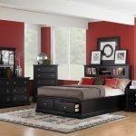 Красные стены и темная мебель