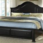 Кровать из темного дерева в спальне