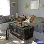 Столик из сундука в гостиной