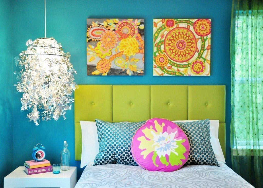 Изголовье кровати с яркими картинами