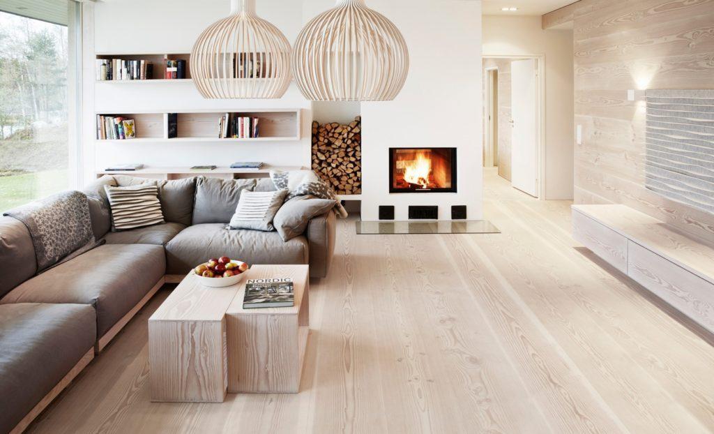 Беленый дуб на полу и стене гостиной