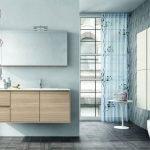 Белые шкафчики на серой стене в ванной