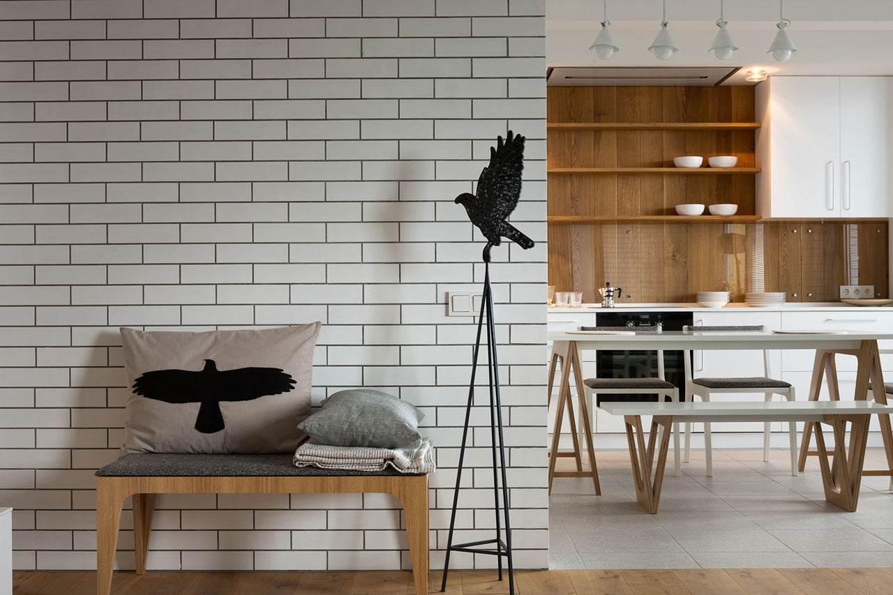 Черные птицы в интерьере с белыми стенами