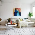 Яркая картина над диваном
