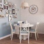 Белый круглый стол со стульями в столовой зоне