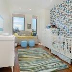 Разноцветный коврик у детской кроватки