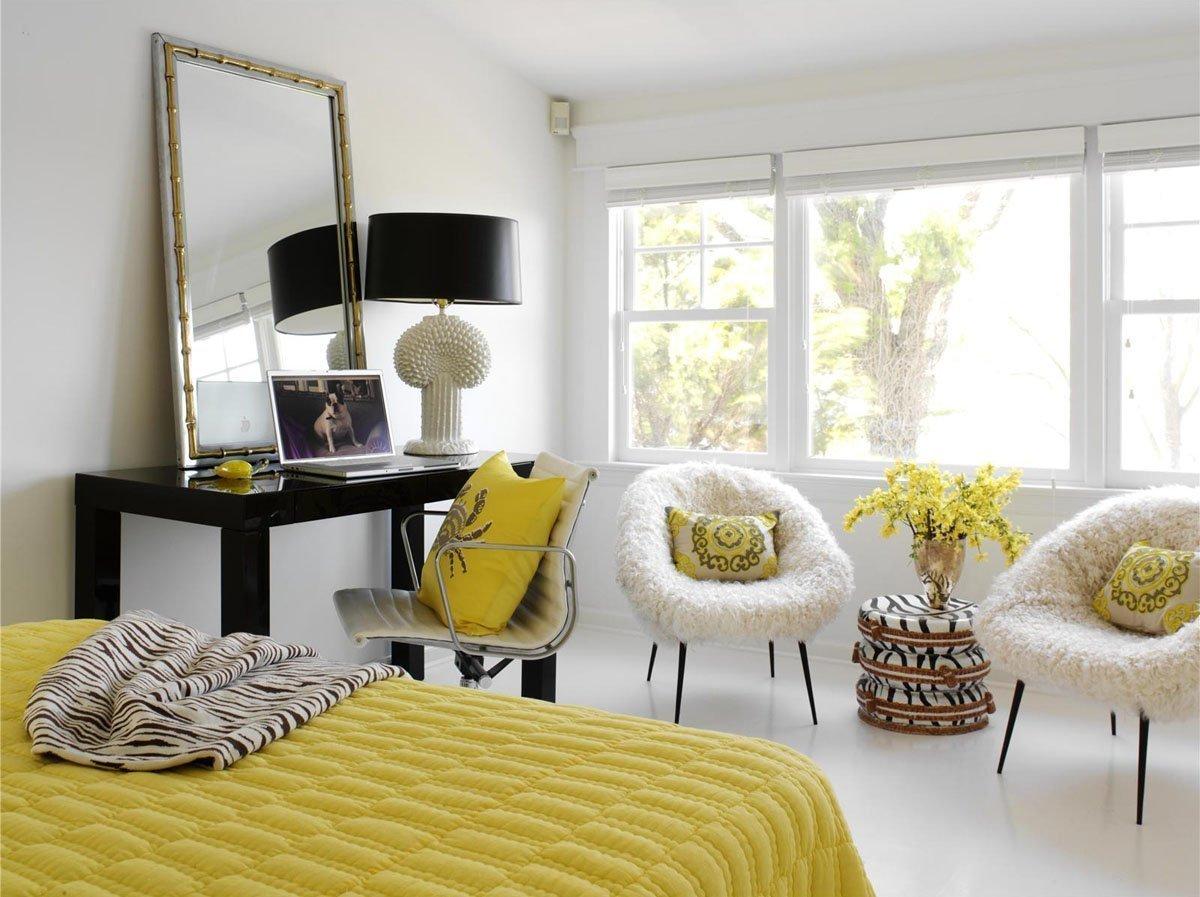Спальня с белыми стенами в стиле контемпорари