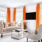 Оранжевые шторы в белом интерьере