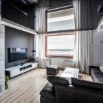 Натяжной потолок в комнате с большим окном