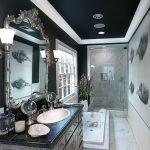 Ванная с черным потолком в доме