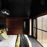 Современная спальня с черным потолком