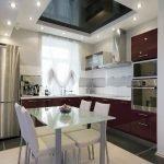 Черно-белый потолок в кухне