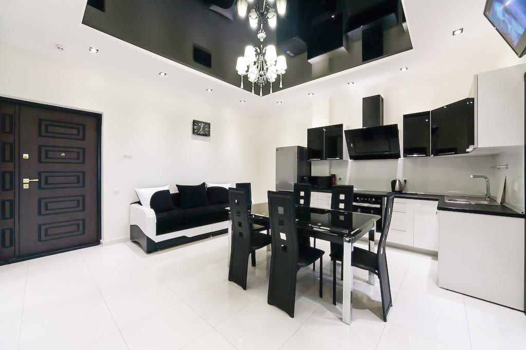 Глянцевый черный потолок