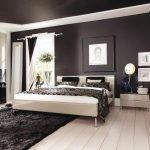 Спальня с черным потолком