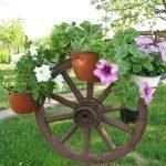 Колесо от телеги с цветами