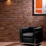 Кресло у кирпичной стены