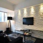 Телевизор на стене напротив дивана