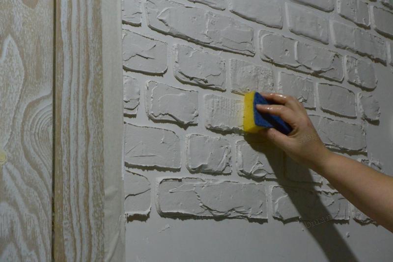 Рельефная кирпичная стена
