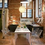 Узорчатые стулья в столовой