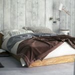 Лампа на стуле у кровати
