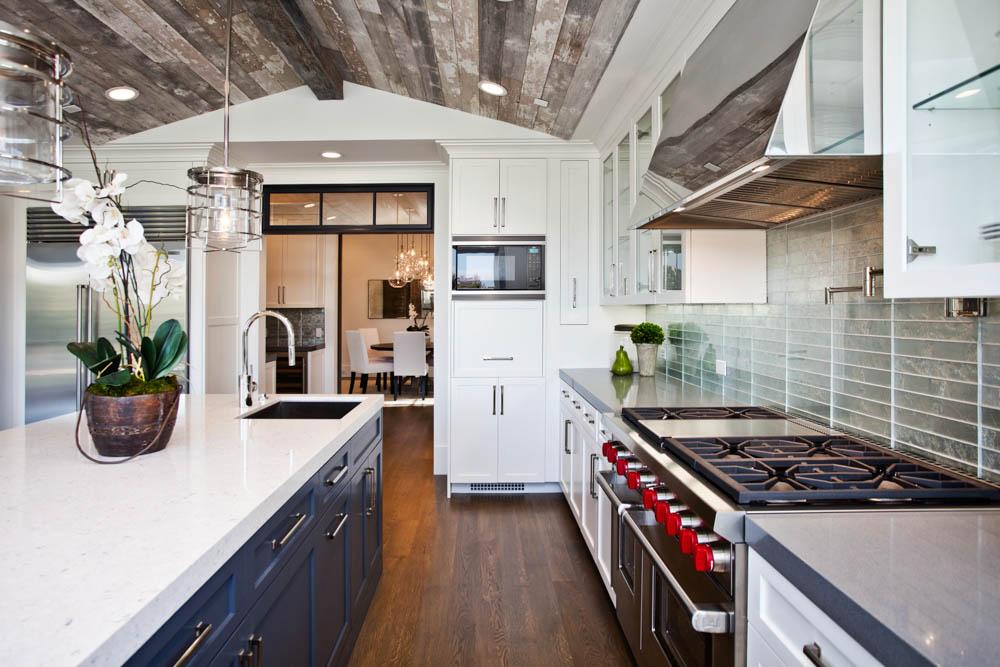 Кухня с серым деревянным потолком