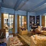 Синий деревянный потолок в комнате