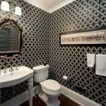 Черно-белая ванная с позолотой