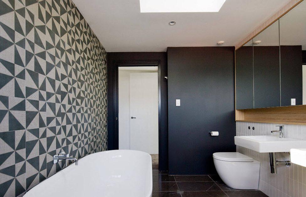 Стильный декор стены в ванной