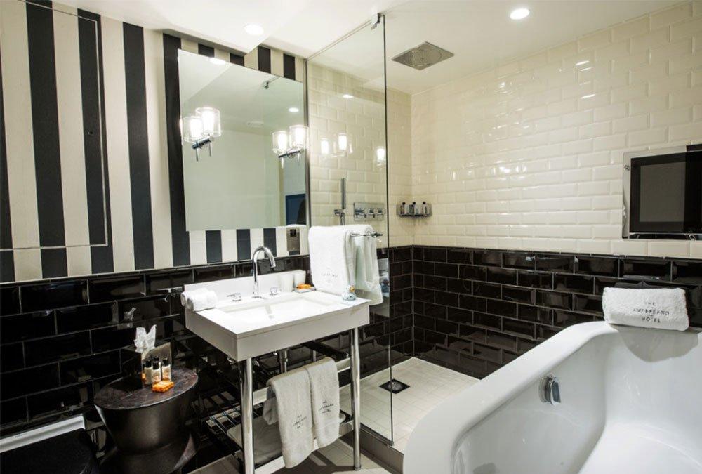 Полосатая стена в ванной