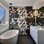 Красивая стена в ванной комнате