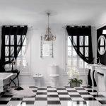 Черные шторы для светлой ванной