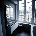 Ванная с большим окном в квартире