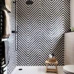 Декор стены зиг-заг над ванной