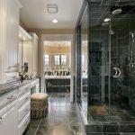 Мраморный пол в ванной