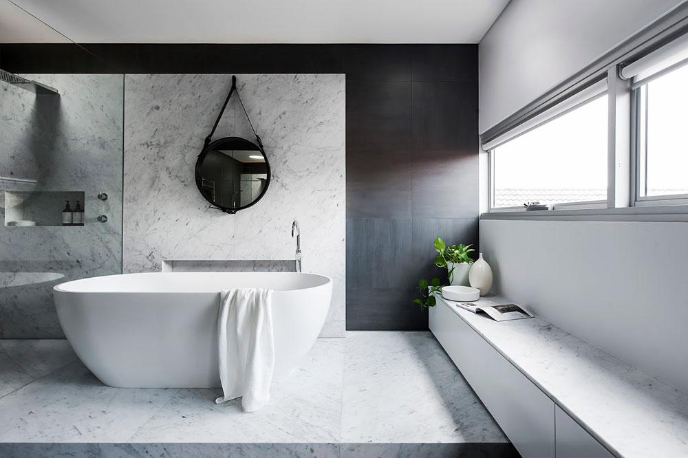 Ванная комната с большими окнами
